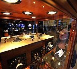 De magnifiques pièces (ici un récepteur radio à quatre lampes) sont exposées dans le hall de la mairie de Lille